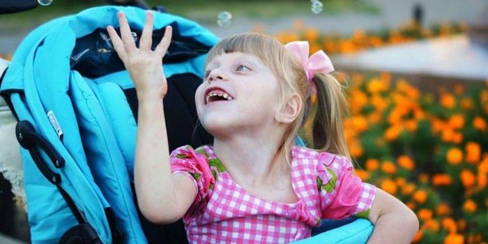 Маленькая девочка в коляске