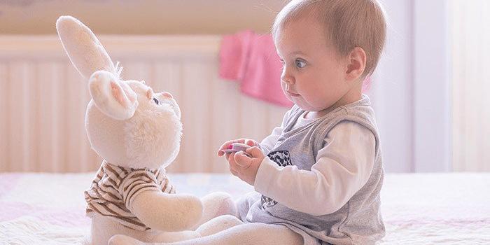 Маленькая девочка и игрушечный заяц