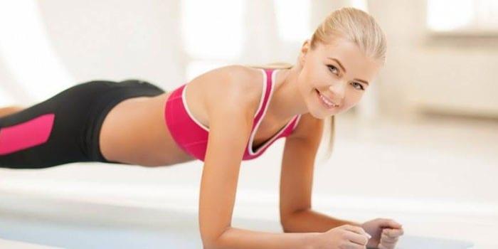 Девушка выполняет упражнение планка