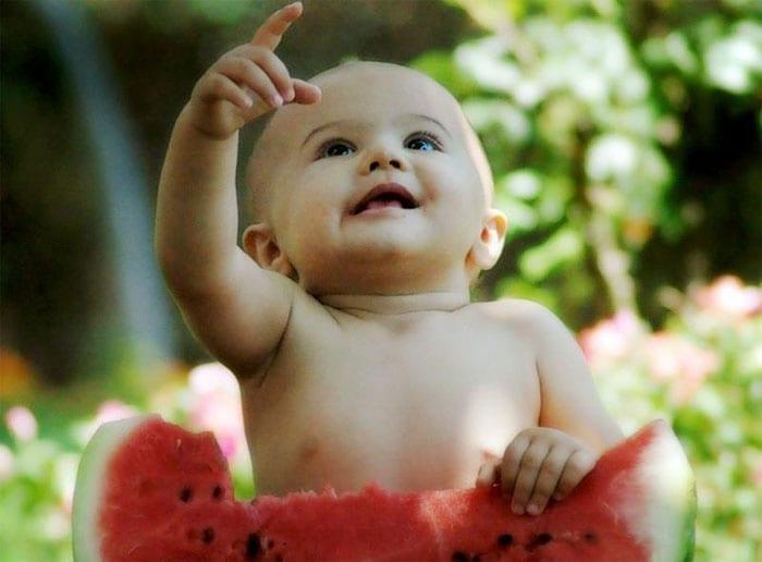 Малыш с арбузом