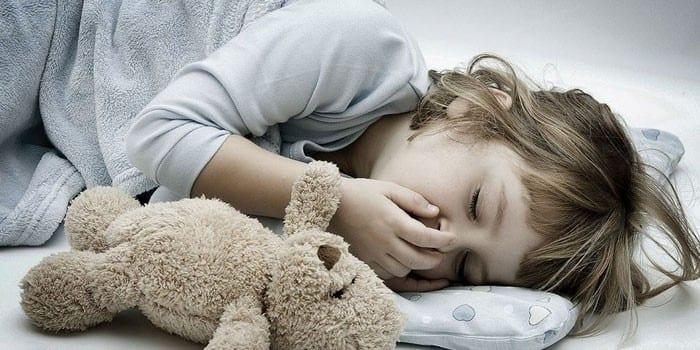 Маленькая девочка спит