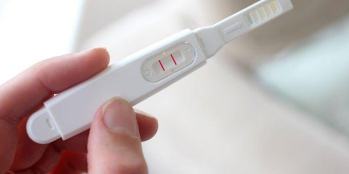 Две полоски на тесте на беременность