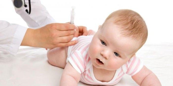 Малышу делают прививку