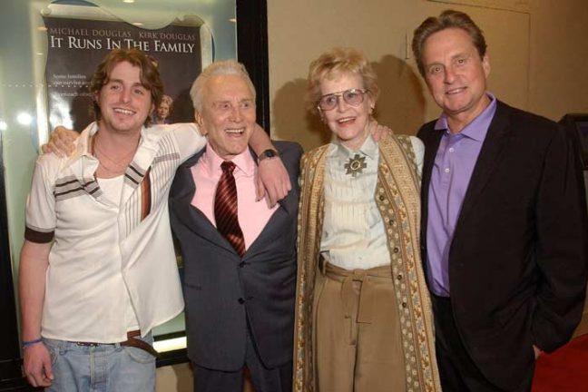 Майкл Дуглас с родителями и сыном