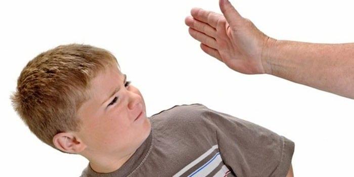 Ребенка бьют