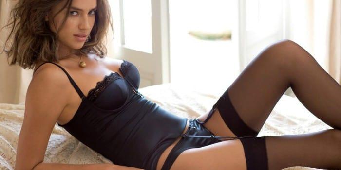 Девушка на кровати в нижнем белье и чулках