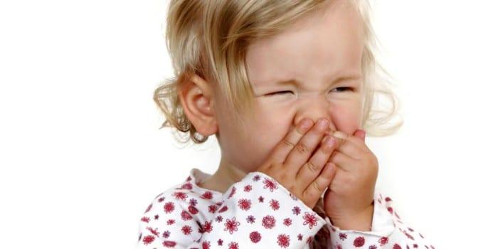 Девочка чешет нос