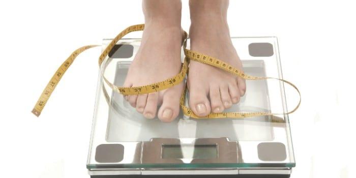 Ноги на весах и сантиметр