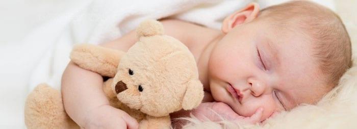 Новорожденный спит на боку