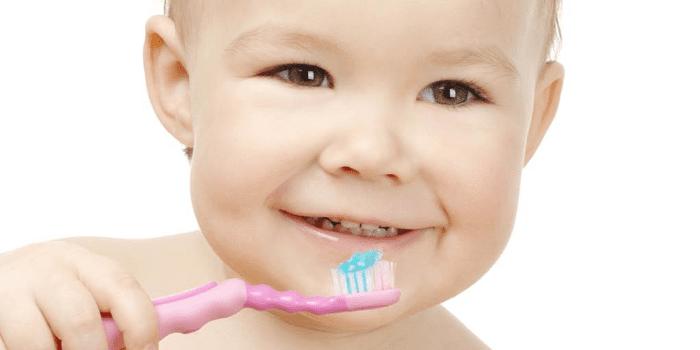 Ребенок с зубной щеткой в руке