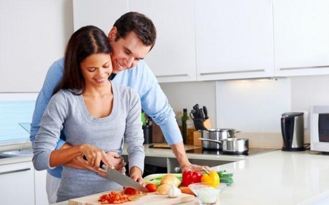 Муж с женой готовят на кухне