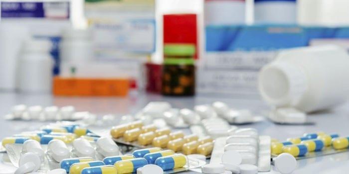 Таблетки и капсулы в упаковках