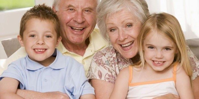 Пожилые мужчина и женщина с детьми