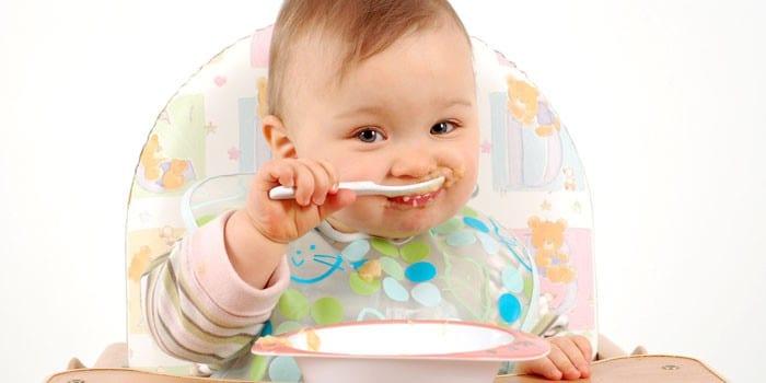 Ребенок сам кушает кашу