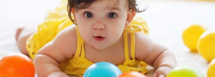 Малышка и пластиковые мячи