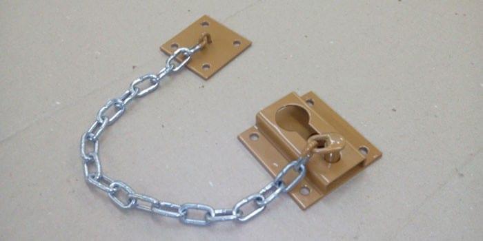 Дверной замочек с цепочкой