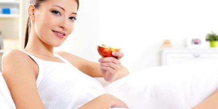 Беременная девушка с половиной яблока