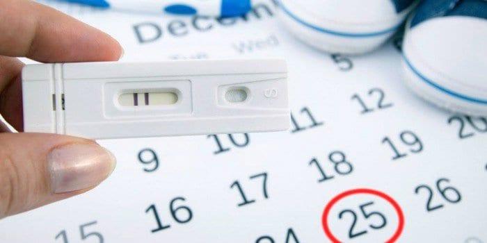 Календарь, тест на беременность и детские кеды
