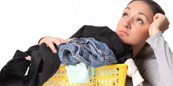 Девушка с корзиной одежды