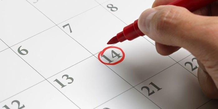 Женщина отмечает дату в календаре