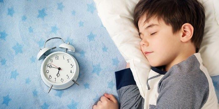 Спящий мальчик и будильник