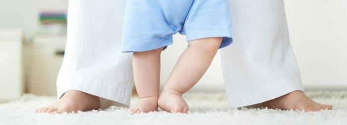 Шаговый или автоматический рефлекс ходьбы у новорожденных