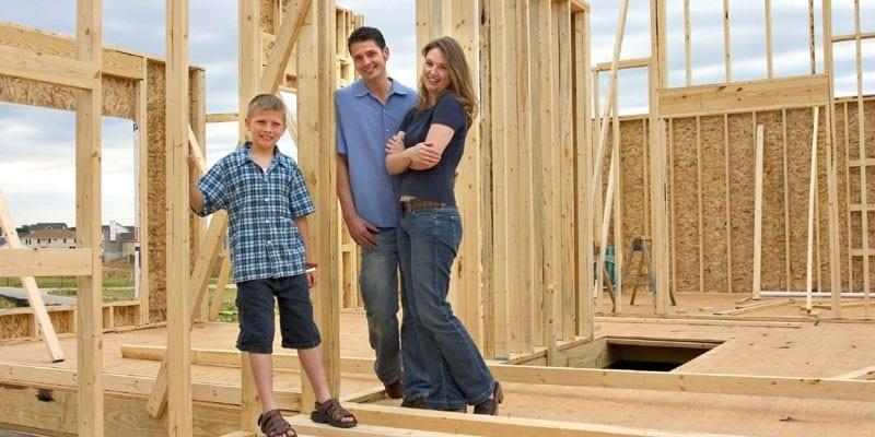 Семья на строительном объекте