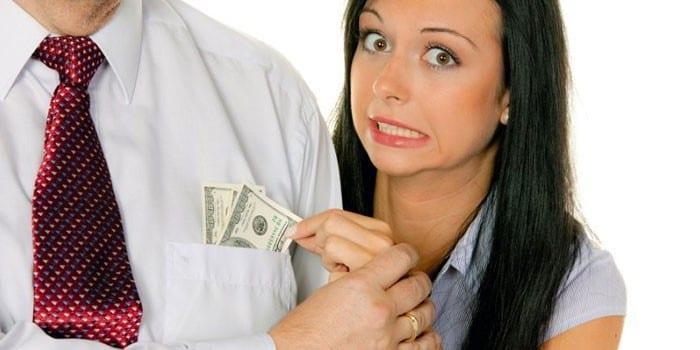 Девушка вытягивает деньги из кармана мужчины