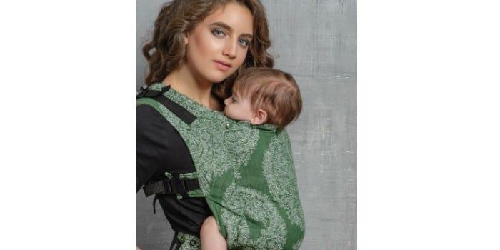 Мама с ребенком в эрго-рюкзаке Diva Milano Essenza