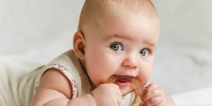 Малыш с прорезывателем