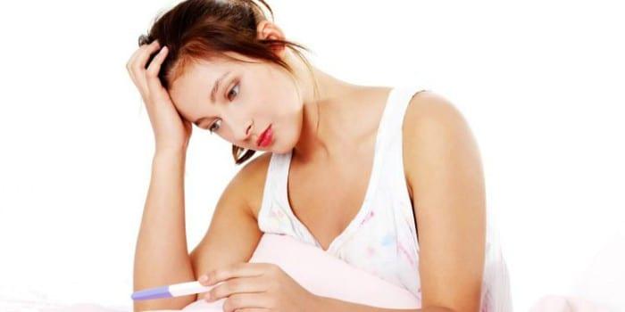 Девушка с тестом на беременность в руке