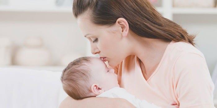 Девушка с грудным ребенком