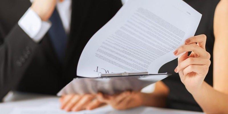 Люди изучают документы