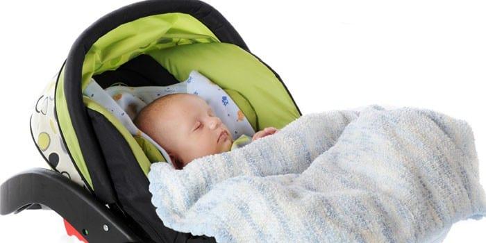 Новорожденный ребенок в автокресле