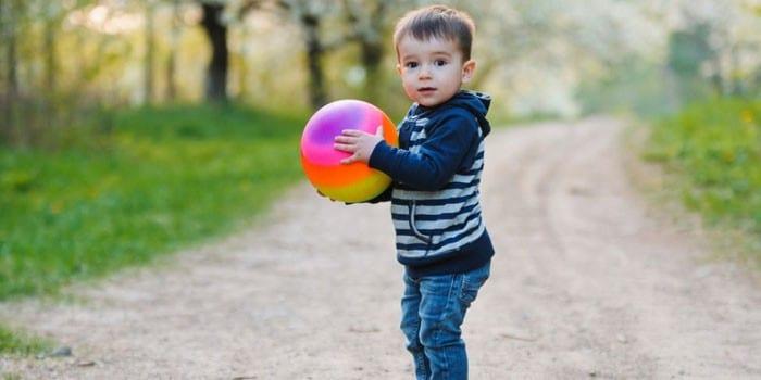 Ребенок с мячом в руках