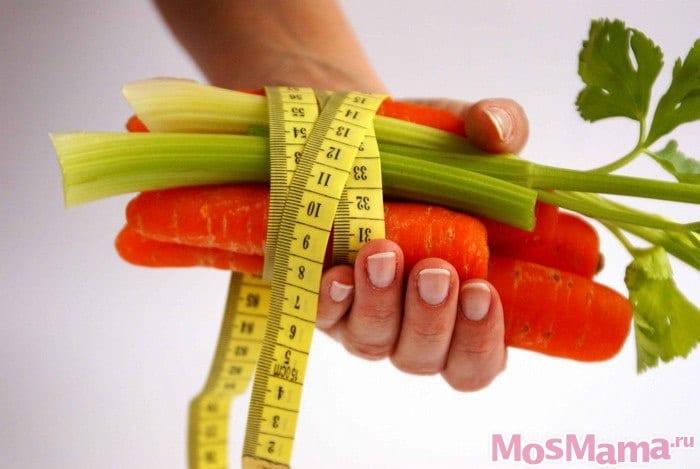 Овощи и сантиметр в женской руке