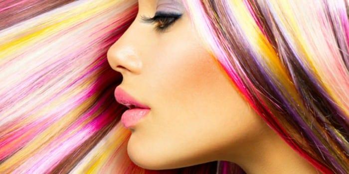 Девушка с яркими волосами
