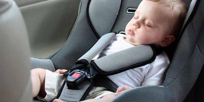 Ребенок спит в автокресле