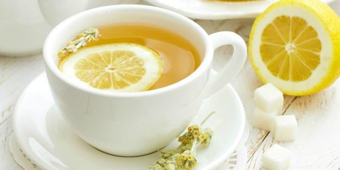 Чай с лимоном в чашке