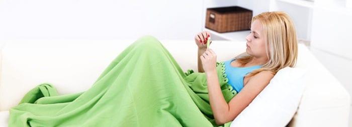 Девушка с градусником в постели