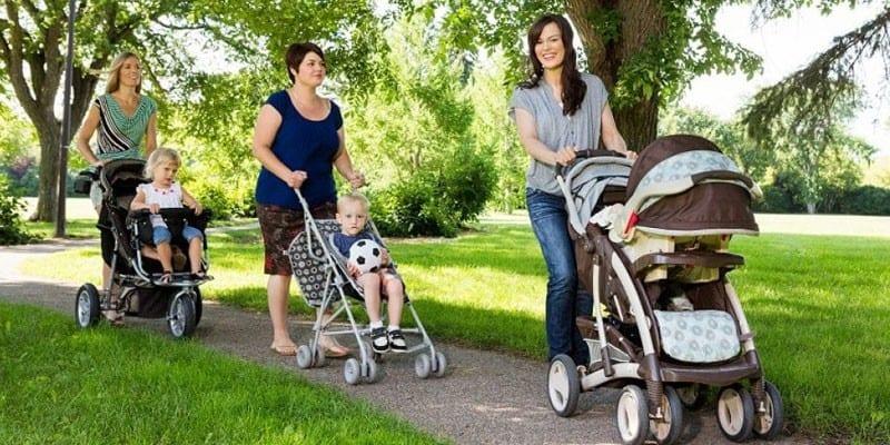 Женщины с колясками в парке