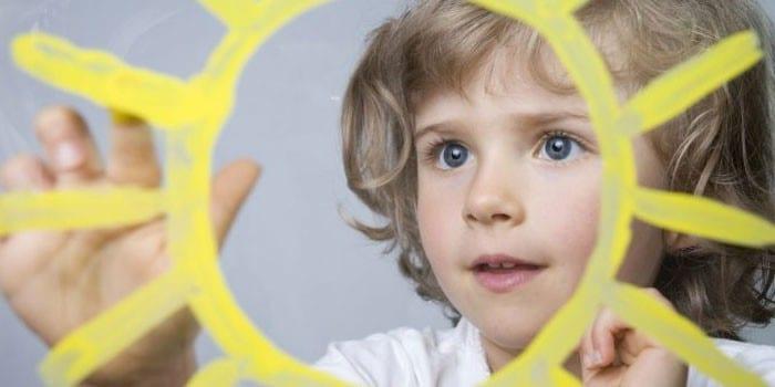 Ребенок рисует солнышко