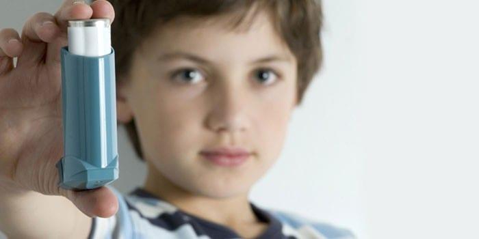 Мальчик с ингалятором в руке