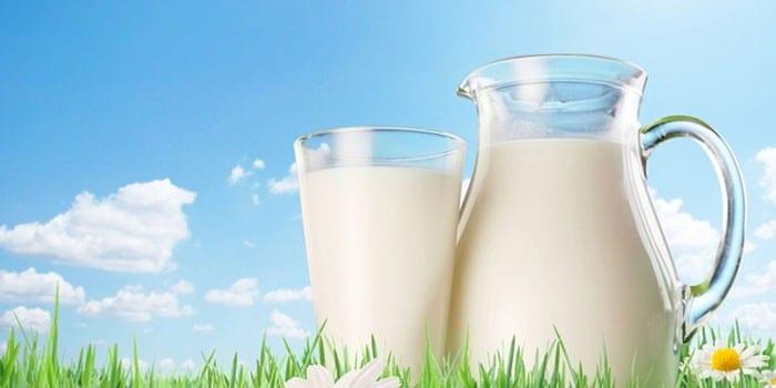 Молоко в стакане и графине