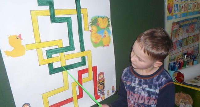 Ребенок ищет выход в лабиринте