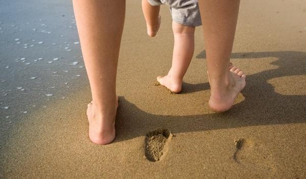 Почему детям нужно ходить босиком по песку