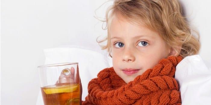 Больной ребенок пьет чай