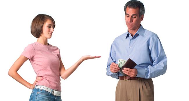 Мужчина дает женщине деньги