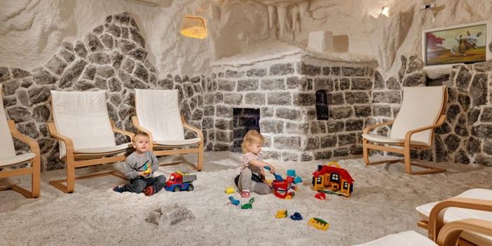Дети играют в галокамере