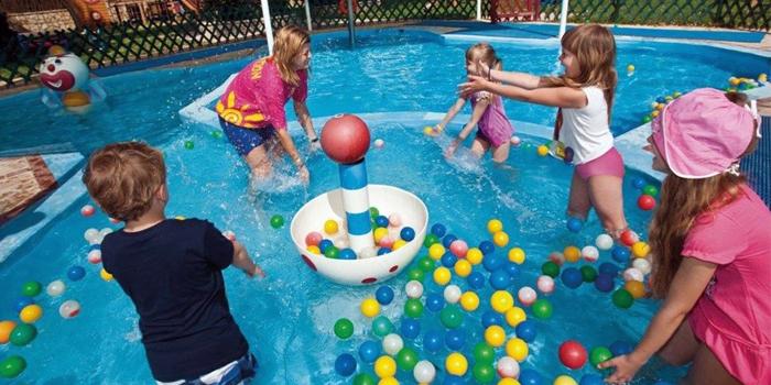 Дети с аниматором в бассейне